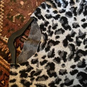 Så dejlig og smart leopard trøje fra Brax med 50 % merinould i.  Modellen blev hurtigt udsolgt.  Brugt en enkelt gang eller to i få timer.  Bemærk den fine detalje på ærmerne ud ved hånden ......lidt sølvdrys.