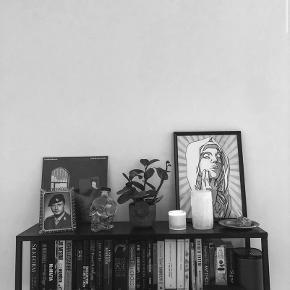 Konsolbord fra Søstrene Grene. Fejler intet.  L: 100cm Højde: 90cm Dybde: 24cm
