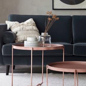Ellis Sofabord George. Sælges billigt grundet små ridser. Sofabord med aftagelig bakke. Sammenklappeligt stativ. Af metal. Ø 57 cm. H 48 cm. Bytter ikke. Nypris 999. Bud fra 340:)