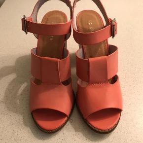 Brand: Invito Varetype: Sandaler Farve: Laksefarvet Oprindelig købspris: 525 kr.  Smarte sandaler i str. 38 sælges. Desværre købt for små, så er som ny. Købt i Ansterdam for 70 EUR. Sender med DAO.