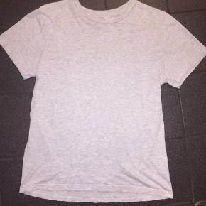 T-shirt fra H&M i str. S. Oversize i størrelsen.