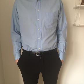Brugt 1 gang, lyseblå skjorte fra Hugo boss. Nypris: 600kr.
