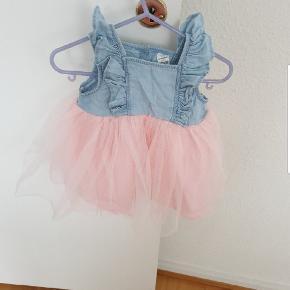 En rigtig fin kjole er brugt en gang til særlig dag fejler intet er næsten som helt ny. 150 kr. Se alle billede. Jeg sender men kun hvis i betaler for fragt. Str 74. 6/9 mrd.