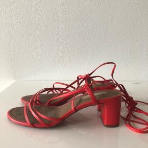 Super fine røde hæle med snøre i ægte læder. Kom med et bud🌸