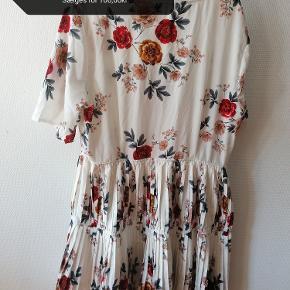 Meget sød kjole i sommerlig print, den er dog ''tungere'' & en anelse større end hvad jeg lige havde regnet med da jeg købte den, en 44/46 ville godt kunne passe den.