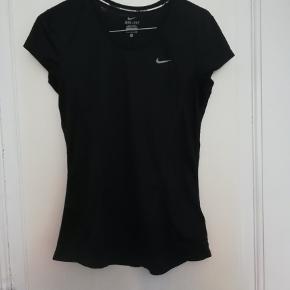 Fin sportstrøje fra Nike i et enkelt design. Er kun brugt få gange. Kom med bud!  Se også mine andre annoncer fra Nike, Adidas, Day, Saysky, Newline, Zara og vintage tøj.