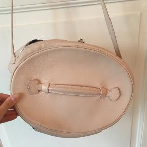 Den smukkeste Balenciaga taske i nude / sart lyserød. Selvfølgelig læder of indvendigt er det sort blødt ruskind. Man kan virkelig mærke den gode kvalitet. Den kan lukkes med en hængelås som medfølger, men kan også bruges uden. Jeg har aldrig brugt hængelås eller nøgler. Super fin form og farve. Den er brugt, men der er også passet godt på den. Sælges billigt til 2.600 kr. Kan ses og afhentes i Kbh K.