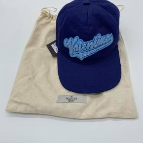Valentino Logo Cap Stand 10/10 med tags og dustbag  Kan justeres bagpå  Nypris 2400,-   Pris 1699,- ex fragt