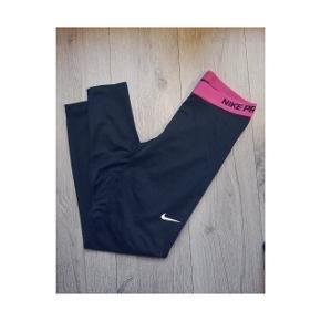 Nike Bukser & tights, Næsten som ny. Sundbyerne - Nike pro tights med Pink bånd. Brugt meget få gange og fejler intet! ?. Nike Bukser & tights, Sundbyerne. Næsten som ny, Brugt og vasket et par gange men uden mærker eller skader