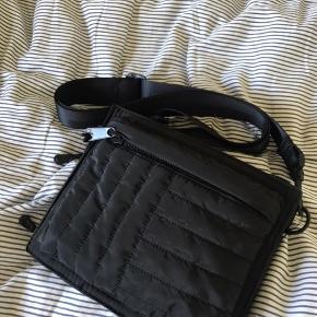 Taske fra Zara, lidt street i looket, den er meget praktisk og stroppen er justerbar Sælges da jeg ikke får den brugt længere
