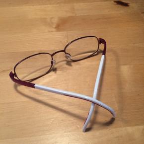 Jeg sælger dette flotte Børnebrillestel fra Adidas. Det er næsten som nyt, da det kun har været købt som reserve brille, så det er næsten ikke blevet brugt. Stel str.: 45-17-135. Brugt fra 6 års alderen. Nypris 1400kr.