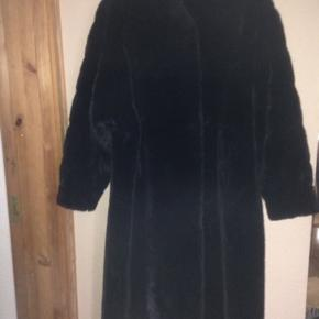 En helt fantastisk lang sort fake pels.  Den har fået nyt silkefoer og låse , til en værdi af 2500 kr. sidste år, og fremstår som ny. Frakken kan passe en str 46 og ned efter, den falder så flot. Kan prøves og afhentes i Roskilde . Yderligere nedsat med 500 kr