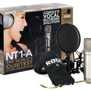 Sælger denne RØDE NT1-A, da jeg aldrig fik brugt.   Alt er nyt undtagen kassen.  Inkludere:  1 RØDE NT1-A mikrofon 1 SHOCKMOUNT 1 XLR kabel plus en CD med tips til brug af mikrofon  Nypris har været 1400-1500kr   Byd.