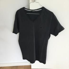 T shirt fra Minimum med v udskæringStr m