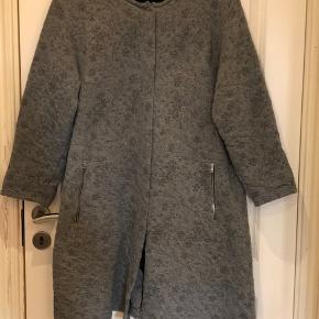 Lækker jakke/cardigan fra Masai. Kraftig kvalitet, der er supergod indendøre over skjorten, t-shirten eller trøjen her i vinter. Str. XXL .  Byd :-)