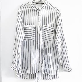ZARA skjorte i hvid og grå den har lille smule misfarvning under ærmerne   Størrelse: L   pris: 50 kr   Fragt: 39 kr ( 37 kr ved TS handel )