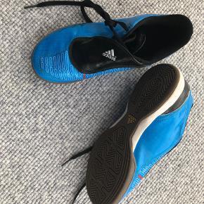 Adidas F10 indoor i str. 36 2/3 i blå. Købspris dkk 350,00  Prisidé dkk 50,00 - kom gerne med et seriøst bud :-)  Forsendelse med DAO dkk 36,95.