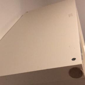 Hvid reol med otte rum. Kan også vendes så den bliver bredere. Der er filt på til den kan ligge ned. Få skræmmer og sælges derfor billigt. Hentes på 1. Sal