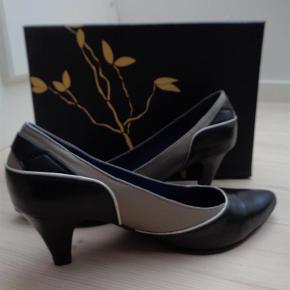 Varetype: stilet sko i skind Farve: sort / beige Oprindelig købspris: 799 kr.  Hælen måler 7 cm Det er en normal størrelse 40  Sendes i original kasse