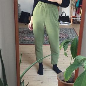 Højtaljede Tiger of Sweden bukser i støvet grøn. Har elastik i taljen og lommer i siderne. God stand. Passer str. XS/S.