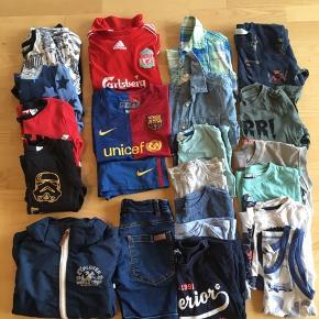 21 stykker blandet tøj: -2 sæt fodboldtøj  -4 pyjamas sæt -2 skjorter kortærmede -1 par shorts -8 T-shorts -1 undertrøje -1 sweatshirt -1 langærmet bluse -1 vindjakke/overgangsjakke