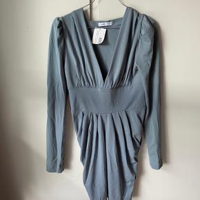 Virkelig smuk og behagelig kjole fra selected femme. Strækstof, så passer flere størrelser   Handler også mobilepay  Røg og dyrefrit hjem 👍🏼