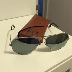 Varetype: Solbriller Størrelse: Alm. Farve: Sølv Oprindelig købspris: 1100 kr. Prisen angivet er inklusiv forsendelse.  Rayban Aviator solbriller, helt nye, har ingen ridser eller andre mangler. Alt originalt medfølger - kan desværre ikke finde kvittering :( købt hos Profil Optik.  Nypris 1499,-