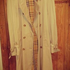 Elegant og klassisk vintage Burberry cottoncoat. Det er et samarbejde mellem danske Jens Sørensen og co. Copenhagen og så Burberry. Den er så fin og købt i en fin vintage butik i København. Jeg sælger den billigt for 1000 kroner, da det ikke længere er min stil og bare hænger og flyder.  Den fitter vel en xl-xxl.