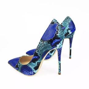 Magnifiques talons neufs avec motif serpent bleu. La hauteur du talon est de 8cm. Taille 39. Possibilité entre Lausanne et Aigle.