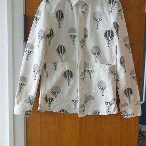Varetype: mænd skjorte Farve: hvid  Festlig skjorte/jakke fra Han Kjøbenhavn den kan både bruges som kraftig skjorte eller en let jakke i de varmere tider lavet i 100 bomuld. OBS. Det er en lille M Mp 250