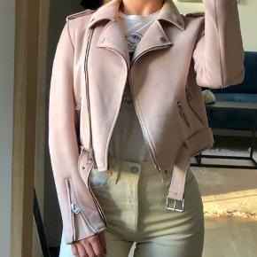 Sælger denne fine bikerjakke fra Zara i vegansk ruskind, der har en flot pastel farve. Kun blevet brugt enkelte gange, så den er næsten som ny🌸
