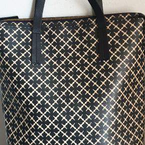 """By Malene Birger """"Brigite""""taske Allround håndtaske i slidstærkt materiale og læderkanter med Af Malene Birgers signaturprint, den arabiske blomst. Brug tasken til din computer eller som en chik taske. Lukning, lås:Lynlås For:Bomuld, Mål.Højde: 40 cm, Længde: 32 cm, Brede : 9 cm Udvendigt materiale: Kunstlæder, Læderhank Tasken er brugt men stadig pænt stand.Kan se brugsspor på billeder"""