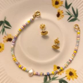Armbånd i de fineste forårs farver med en ferskvandsperle.  Perle rækkefølge kan variere 🌟
