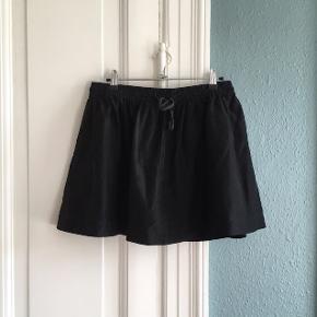 Sort nederdel fra Ganni. Style: Lavish silk. Pæn i standen. Længde: 40cm. Talje: 39x2cm. + stræk.