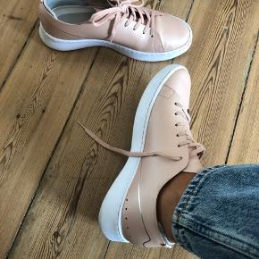 Fede LACOSTE sneakers. Overfladen på skoen er nem at tørre af, og de er derfor super gode til hverdagsbrug 😊