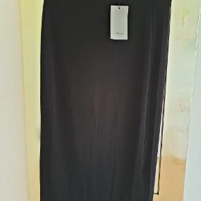 Helt ny klassisk nederdel i en sommer, forår eller efterårs udgave. Pencil udgave. Nypris 500