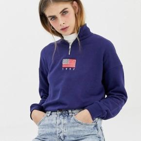 Afslappet sweatshirt med lynlås i halsen og broderet flag fra Daisy Street / Asos Aldrig brugt  Str. S / UK 8