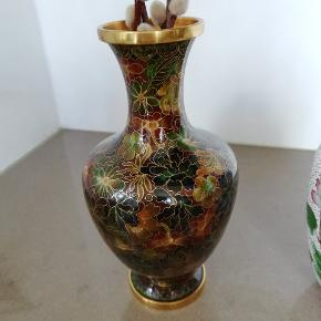 Cloisonne vase med mørk emalje, 20 cm høj  ♻️ 120 kr  Cloisonne låg-krukke, hvid emalje med blomster, 20 cm høj  ♻️ 225 kr  Cloisonne fad/skål, Diameter 9.8 cm  ♻️ 60 kr  Sender kun ved køb på over 200kr. Se evt mine andre annoncer.