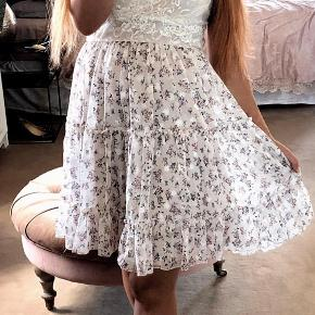 Overvejer at sælge min smukke kjole fra Buch. Den har været brugt 2 gange i forbindelse med bryllup. Fejler ingenting.