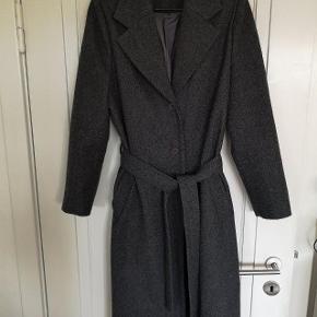 Frakke fra Mags Magasin med bindebånd i 60%uld, brugt få gange, er str. svarende.