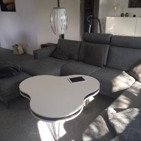 Super smukt sofabord sælges grundet flytning. Nypris 3700.- Bordet fejler ingen ting bortset fra to små skrammer, som ses på sidste billede. Tænker de sagtens kan dækkes med en hvis tusch eller maling.  Mål på det bredeste sted: 110 cm Højde: 50 cm