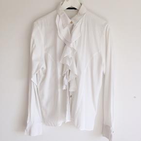 Hvis vintage skjorte med flæser. Der står str. 46 i skjorten. Jeg er selv str. S og har brugt den helt fint som oversize.  Tager kun imod bud i privatbesked.