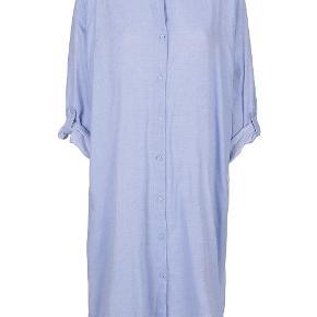 remain shirt dress fra Moshi Moshi mind aldrig brugt str. 2 svarer til M/L  Din alt i én skjorte, en kaftan med mange muligheder. Kan bruges både som skjorte og kjole, den perfekte skjorte til varme sommerdage, ferier eller til at hygge sig i.  Materiale: 100% økologisk bomuld.  BYTTER IKKE