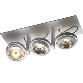 Titan loftlampe med 3 dæmp- og justerbare spots i hvidlakeret aluminium. Lampen er designet af Ronnie Gol. Der medfølger 3 stk lyskilder (til en værdi af 885 kr). Lampen er yderst velholdt og selvfølgelig fuldt funktionsdygtig. Nypris 3900 kr (eksklusiv lyskilder) hos Belysningskompagniet. Jeg har selvfølgelig kvittering på både lampe og lyskilder!  Fatning: AR111 Maksimum 3 x 50 watt 230V Materialer: Massiv aluminium Farve: Hvid Højde: 18,1 cm Bredde: 52,8 cm Dybde: 17,6 cm