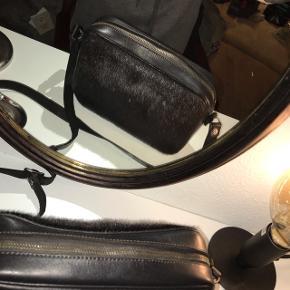 Sælskind og kernelæder crossbody taske i sort!. Aldrig brugt! Super lækkert skind og læder. Kan både bruges over skulderen eller krydset om på ryggen. Den er sort nede i selve tasken. Byd!