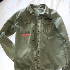 Sælger denne smukke jakke fra Zadiq & Voltaire, da jeg ikke får den brugt.  Den er i super fin stand og ingen tegn på slid. Rigtig god jakke til sommer ☺️