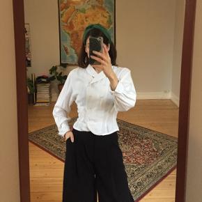 Vintage hvid skjorte med knappedetaljer fra In Wear. Str. 8/36. God stand.