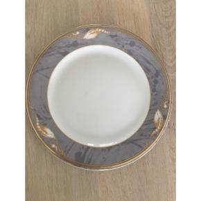Royal Copenhagen! Magnolia, grå med guld. Flad tallerken dia. (Ø) 17 cm 8 stk. Sælges samlet. 800 kr