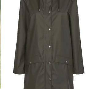 Helt ny og stadig med prismærke. Modellen hedder Nova Long Jacket. Meget let og lækker regnjakke. Den er lang og har gode lommer og udluftning.  Bemærk at det er en str. XL  Nypris 499,-