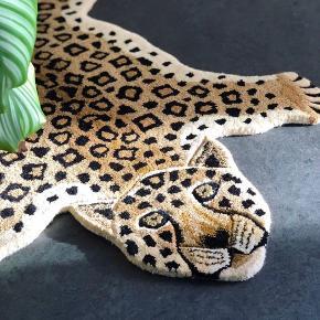 Wroooar 🐯🦁🌴🌺☀️ Se lige ham her! 😍 Nyt håndtuftet gulvtæppe i kraftigt uld. Fyldt med fine detaljer og flere farver, der skaber liv og dybde i tæppet. Den store basse her måler B90 L150 cm. Koster 1300.- 💫 Han har også lillebror og lillesøster i form af sort panter, tiger og lyserød leopard, de koster 800.- og måler L90 cm. 😎☀️🐯💛💚💖 #leopard #gulvtæppe #håndtuftet #håndlavet